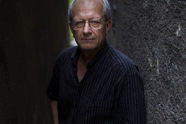 Miloslav Luther (1945) absolvoval réžiu na pražskej FAMU. Nakrútil filmy Tango s komármi (2009), Útek do Budína (2000/2002/2006), Zámok na juhu (2000), Koniec veľkých prázdnin (1996), Anjel milosrdenstva (1993), Svedok umierajúceho času (1990), Chodník ce