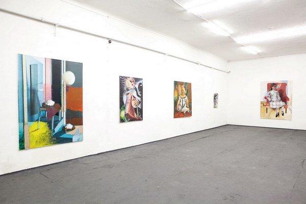 Adam Štech sa vo svojich maľbách hrá – sám so sebou i s divákmi.  Z hrôzostrašného robí zábavné a naopak.