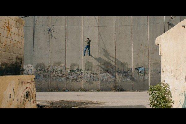 Múr má vo filme úlohu metafory. Raz je prekonanie prekážky hračkou, inokedy nezdolateľnou bariérou.