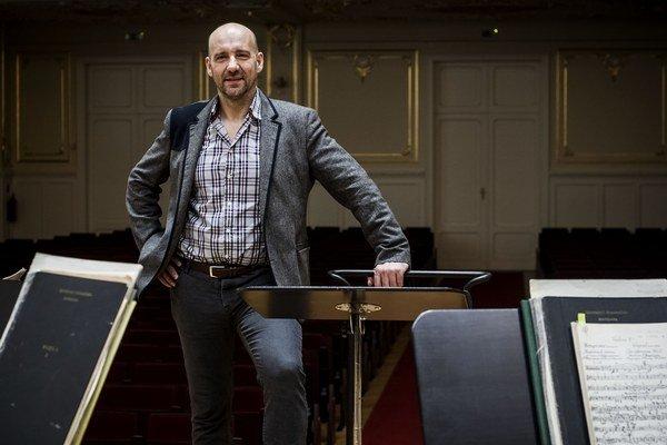 Emmanuel Villaume (1964)  študoval literatúru, filozofiu a muzikológiu.  Šéfdirigentom Slovenskej filharmónie je od roku 2009, spolupracuje so svetovými scénami vrátane Metropolitnej opery v New Yorku či Covent Garden v Londýne i sólistami ako Renée Flemi