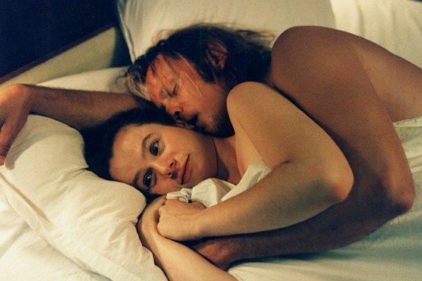 Emily Watson a Stellan Skarsgård ako mladomanželia vo filme Prelomiť vlny.