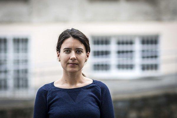 Shannon Jensenová (1984)vyštudovala ekonómiu, no profesionálne sa jej nikdy nevenovala. Ako fotografka sa od začiatku venuje najmä Južnému Sudánu, bežnému životu aj utečencom. Pracovala pre mimovládnu organizáciu Lekári bez hraníc, jej fotografie prebra
