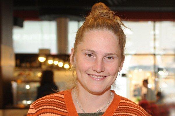 Alexandra Salmela (1980) vyštudovala divadelnú dramaturgiu na VŠMU a fínčinu na Karlovej univerzite v Prahe. Od roku 2006 žije vo Fínsku s manželom a dvoma deťmi. Za román 27 čiže smrť robí umelca získala v roku 2010 cenu za najlepší fínsky debut, nominác