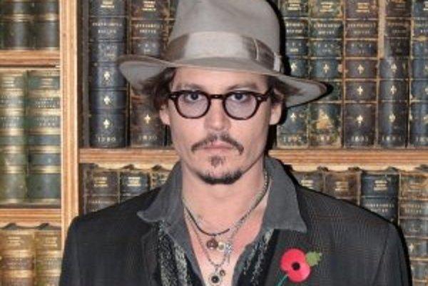 Johnny Depp (50) - Narodil sa v americkom štáte Kentucky 9. júna 1963. Jeho rodina sa 20-krát sťahovala, kým sa v roku 1970 neusadila na Floride. Keď mal 15, rodičia sa rozviedli. Ako dvanásťročný dostal od matky gitaru. Hudba je doteraz jeho najväčšia lá