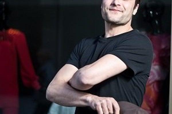 Marek Geišberg (33) sa narodil v Rimavskej Sobote, žil s rodičmi a s bratom v Prešove. Pochádza zo širokej divadelníckej rodiny. Vyštudoval Strednú záhradnícku školu v Piešťanoch a po skončení štúdia herectva na VŠMU v Bratislave nastúpil v roku 2004