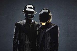 Daft Punk nemajú problém s publicitou, masky sú súčasťou ich prepracovaného imidžu a pódiovej šou.