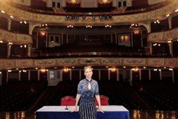 Enikő Eszenyi (1961), maďarská herečka, režisérka, speváčka, divadelníčka. Od roku 2009 je riaditeľkou divadla Vígszínház.  So svojím bývalým priateľom, slovenským hercom Kamilom Mikulčíkom, si zahrala v inscenácii Medzi nebom a ženou v réžii Doda Gombára