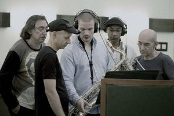 Nikolaj Nikitin (uprostred) pri nahrávaní albumu.