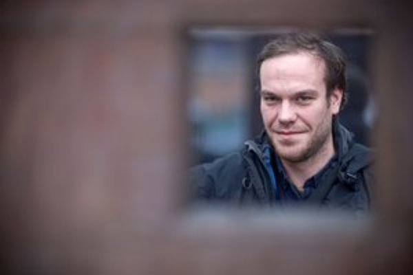 Adam Oľha (1984) sa narodil v Košiciach, v rokoch 1998 – 2002 študoval na Škole úžitkového výtvarníctva v Kremnici tvorbu hračiek. V roku 2010 ukončil štúdium dokumentárnej tvorby na Filmovej a televíznej fakulte AMU v Prahe. Počas štúdia 2006 absol