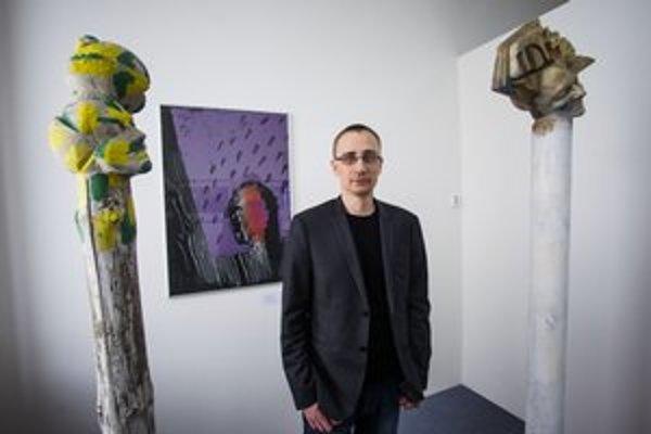 Richard Gregor v priestoroch aktuálnej výstavy Galérie Cypriána Majerníka v Bratislave.