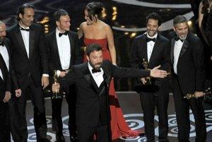 Film Argo bol považovaný za favorita, ale režisér Ben Affleck (v strede) bol zaskočený a tvrdil, že cenu by si zaslúžil ktorýkoľvek z ďalších nominovaných filmov.