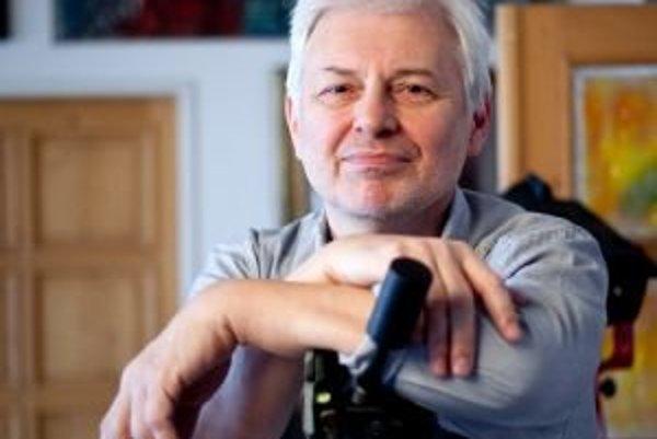 Ctibor Bachratý (1955) - narodil sa v Cíferi. Do deviatich rokov vyrastal v Hornom Sŕní, potom sa rodina presťahovala do Trenčína. Po maturite na trenčianskom gymnáziu študoval na Slovenskej vysokej škole technickej v Bratislave. V roku 1974 začal tancova