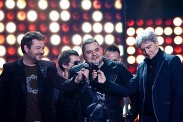Spevák Kuly zo skupiny Desmod pri preberaní absolútneho Slávika.