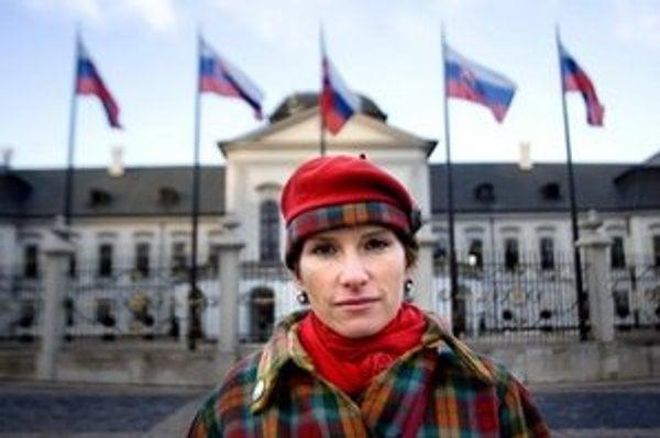 Zuzana Piussi (1971), dokumentaristka a herečka. Vyštudovala réžiu na VŠMU. V 90. rokoch hrala v divadle Stoka, neskôr účinkovala aj v projektoch divadla SkRAT. Nakrútila jedenásť dokumentárnych filmov Výmet (2003), Bezbožná krajina (2004), Anjeli plačú (