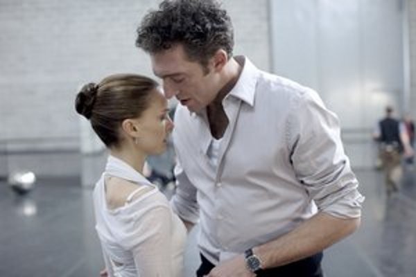 Vincent Cassel mal vraj vo filme Darrena Aronofského Čierna labuť (na snímke s Natalie Portman) desaťkrát menší honorár, ako je zvyknutý pri nakrúcaní francúzskeho filmu.