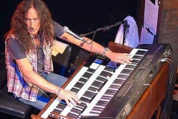 """Ken Hensley s Hammond organom, ktorý považuje za svojho """"najstaršieho priateľa""""."""