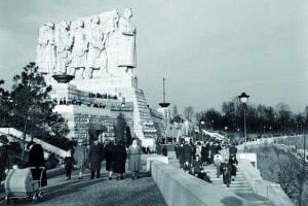 Stalinov pomník v Prahe na Letnej v roku 1956. Za Stalinovým chrbtom stojí československý pracujúci ľud – vojak, zlepšovateľ, roľníčka a robotník. Z opačnej strany stál sovietsky ľud, reprezentovaný robotníkom, vedcom, kolchozníčkou, a červenoarmejcom.