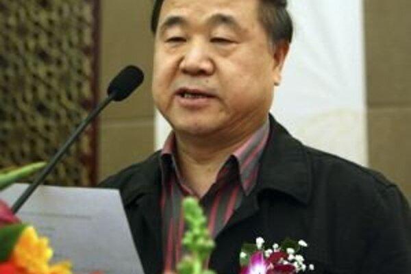 Mo Jen (57), vlastným menom Kuan Mo–Jie, je autorom jedenástich románov a vyše stovky poviedok. Jeho štýl prirovnávajú k Márquezovi, Hellerovi či ku Kafkovi.