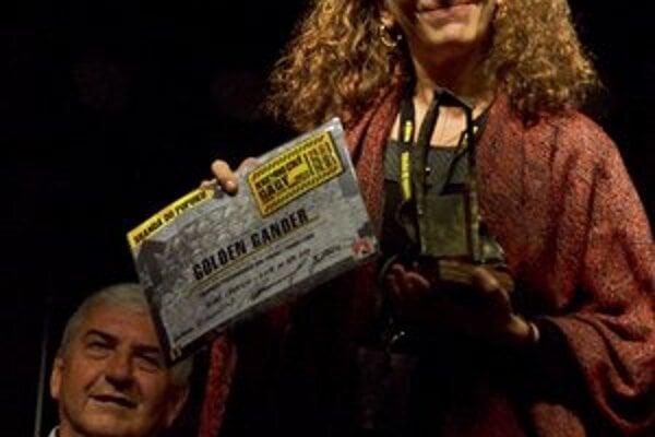 Na snímke z galavečera si ocenenie Zlatý gunár v kategórii Divadelné inscenácie preberá americká komediantka Hilary Chaplain.