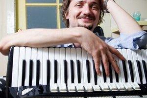 Dano Heriban (1980. Herec, spevák, textár, skladateľ. Pochádza zTrnavy, absolvoval akordeón na konzervatóriu aherectvo na VŠMU. Divadlo ho naplno zaujalo vroku 1997 vďaka trnavským Improligám. Odvtedy hral niekoľko desiatok úloh vmnohých divadlách (Tú
