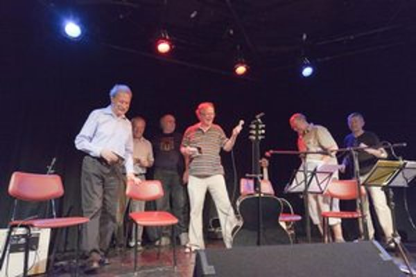 Zľava krstní otcovia Tomáš Janovic a Peter Belan, Alexander Soldán, ktorý staré nahrávky remastroval, a trio JFQ Miloš Janoušek, Dušan Valúch a Karol Svozil.