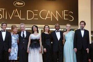 Deväť porotcov, ktorí rozhodnú o víťazovi Zlatej palmy. Ewan McGregor vpravo, Nanni Moretti vedľa.