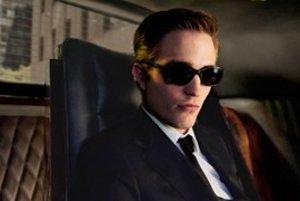 Robert Pattinson ako Eric Packer na svojom tróne v limuzíne.