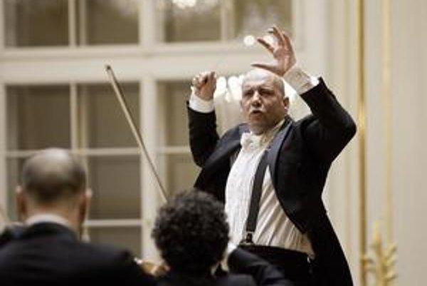 Šéfdirigent Slovenskej filharmónie Emmanuel Villaume (1964) je rodákom zo Štrasburgu. Okrem hudby vyštudoval aj filozofiu a literatúru. Pravidelne hosťuje v najznámejších operných domoch v Európe a USA. Okrem Slovenskej filharmónie je šéfdirigentom a umel