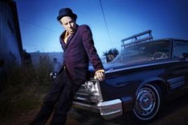 Tom Waits mal dobrý rok – vydal skvelý album a dostal sa do Siene slávy rokenrolu.