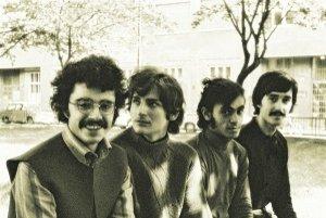 Pavol Hammel a skupina Prúdy v roku 1970. Vedľa Hammela sedí vtedy len sedemnásťročný gitarista František Griglák, ďalej bubeník Anton Kuruc a basista Alexander Filo. Snímka vznikla na dnešnom Jakubovom námestí (predtým Leninovom) v Bratislave, kde bolo n