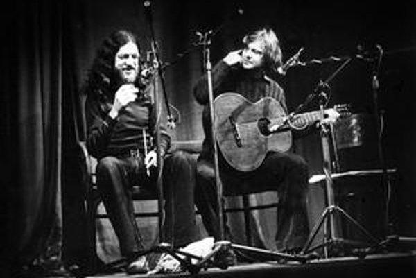 Jaroslav Hutka (vľavo) a Vladimír Merta na koncerte Šafránu v roku 1976.