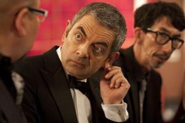 Rowan Atkinson sa ako Johnny English pokúša zastúpiť Jamesa Bonda.