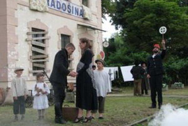 Katarína Kolníková (1921–2006) svoj život obetovala divadlu. Na snímke vo filme vidíte rekonštrukciu scény, ako sa tehotná spolu s tromi ďalšími deťmi lúči s manželom, ktorý uteká pred Červenou armádou. Už sa nikdy nestretli.