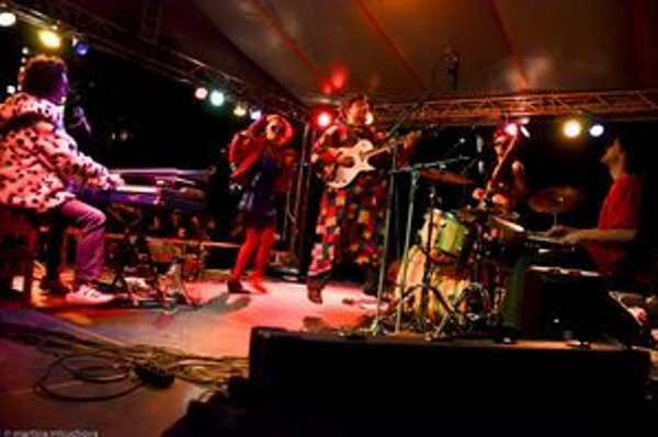 Juraj Haško, Maca Vilhanová, Martin Novák, Miro Páv, Jano Fiala a Lucia Žiaková tvoria kapelu Sto múch, dnes budú hrať nové pesničky z albumu Skorotlčúce.