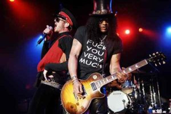 Slash (vlastným menom Saul Hudson) mal otca Angličana a mamu americkú černošku. Patrí medzi najvplyvnejších rockových gitaristov na svete a zhodou okolností presne dnes oslavuje 46 rokov. Preslávil sa v skupine Guns N' Roses, darí sa mu aj vo vlastnýc