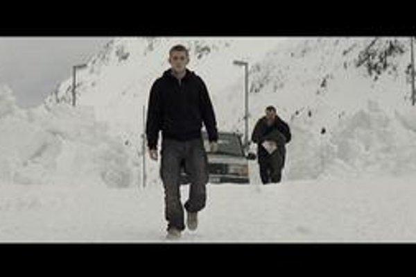 Tvorca a jeho stvorenie vo filme Projekt Frankenstein. Vzadu je  režisér Kornél Mundruczó.