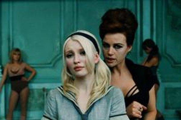 Film sa odohráva vo viacerých svetoch – v jednom z nich zneužívané dievčatá trénuje poľská tanečnica.