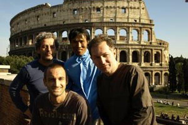 Zľava Dušan Milko, Marek Mackovič, Okhwan Yoon a Martin Štrba pri nakrúcaní jednej zo scén ich pripravovaného filmu.