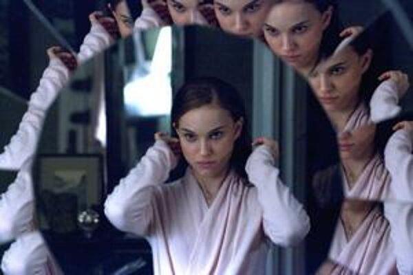 Hlavnú úlohu vo filme Black Swan hrá Natalie Portman. Pred ním Darren Aronofsky nakrútil filmy Pí, Rekviem za sen, Fontána a Wrestler.
