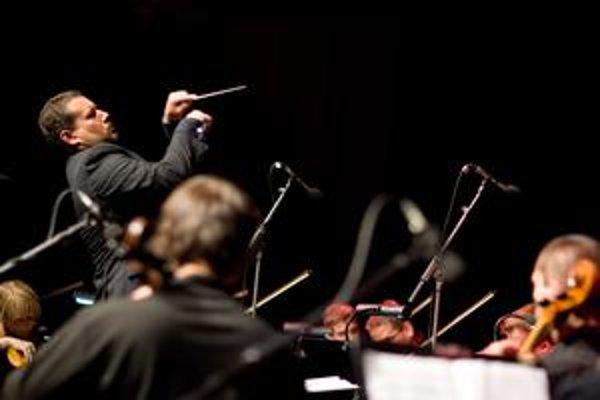 Oskar Rózsa v prvej polovici stredajšieho večera na festivale Viva musica! dirigoval komorný súbor, pre ktorý jeho spolužiak a kamarát Marek Brezovský skomponoval niekoľko skladieb.
