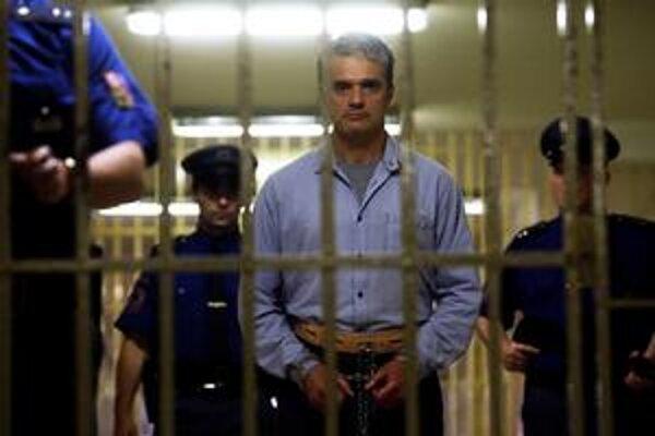 Odsúdený za dve vraždy. Filmového Kajínka hrá  Rus Konstantin Lavronenko.