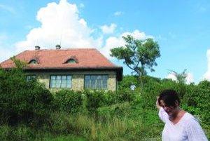 Dom, v ktorom býval Vincent Šikula. V popredí jeho dcéra Verona.