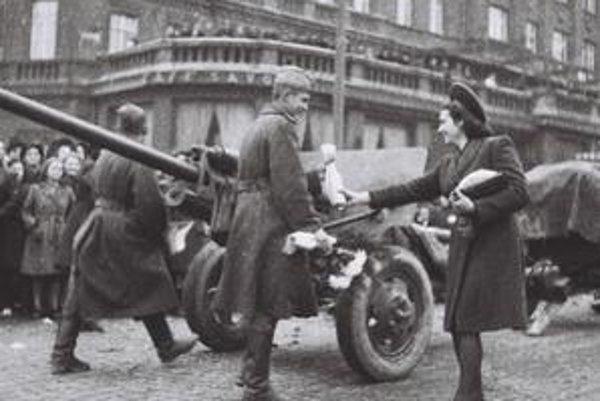 Obyvatelia Bratislavy v apríli 1945 vítali Červenú armádu ako osloboditeľov, neskôr mnohí, medzi nimi i Ján Rozner, svoje sovietofilstvo prehodnotili.