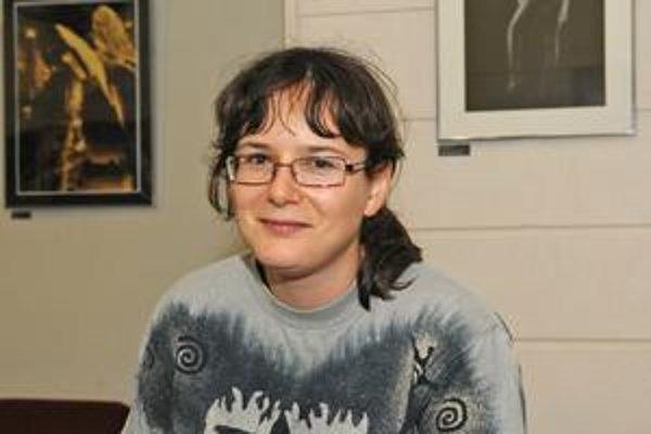 Ivana Dobrakovová (1982, Bratislave), žije v Turíne. Vyštudovala prekladateľstvo a tlmočníctvo, anglický jazyk a francúzsky jazyk na FF UK. Poviedky publikovala vo viacerých časopisoch, je víťazkou súťaží Jašíkove Kysuce 2007 a Poviedka 2008. Pracuje ako