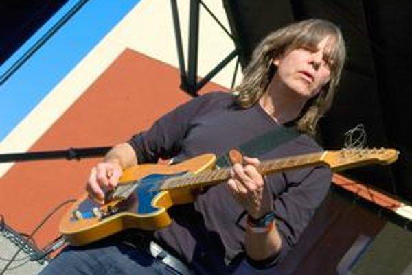 Už roky vyzerá rovnako – dlhé vlasy a gitara, ktorú špeciálne preňho vyrobila Yamaha.
