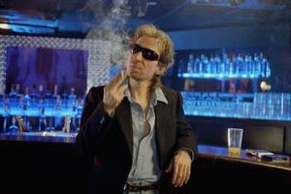 Už ho asi ľudia nebudú prosiť, aby vyhláskoval svoje meno. Doteraz neznámy Éric Elmosnino žiari v úlohe Gainsbourga.