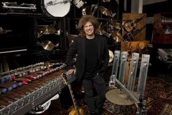 Asi štvrť stovky nástrojov obsluhuje Pat Metheny sám.