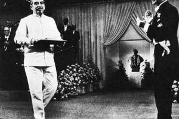 Štokholm 1982, Gabriel García Márquez pri preberaní Nobelovej ceny vstupuje do magického kriedového kruhu. Vpravo švédsky kráľ Gustáv XVI.