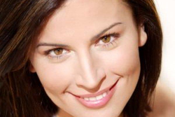 Narodila sa v roku 1980 v Bratislave. Vyštudovala Fakultu manažmentu Univerzity Komenského v Bratislave, popri tom študovala herectvo v Rusku aj USA (The A.R.T/MXAT for Advanced Theatre Training v Bostone, Vahtangov School v Moskve). V roku 2002 sa na