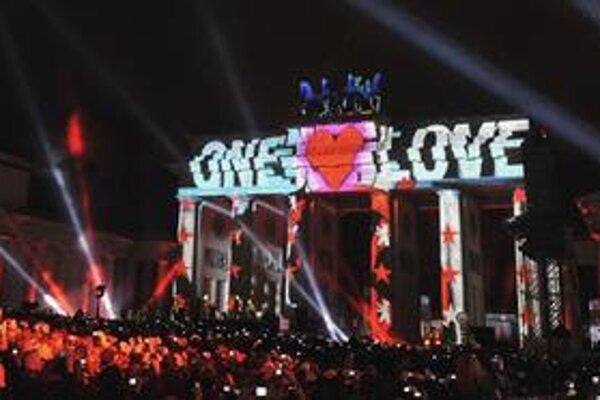 Koncert skupiny U2 v Berlíne sledovalo desaťtisíc šťastlivcov, ktorí si ako prví na internete objednali lístky zadarmo.